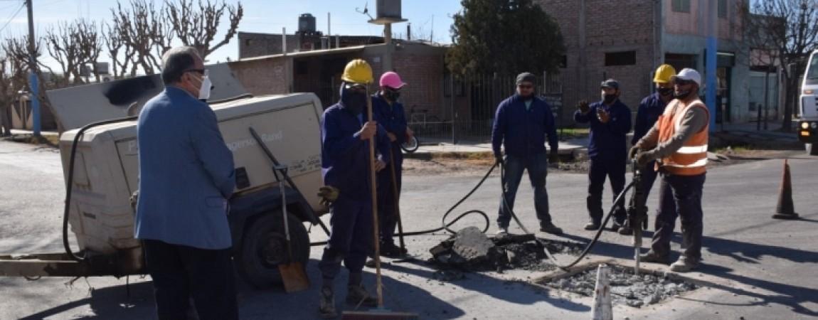 El intendente Armando Sánchez, recorrió este lunes la obra de repavimentación en calle 12, el tramo comprendid