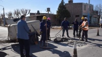 El intendente Armando Sánchez, recorrió este lunes la obra de repavimentación en calle 12, el tramo comprendido desde Av. Aberastain hasta Av. Joaquín Uñac.
